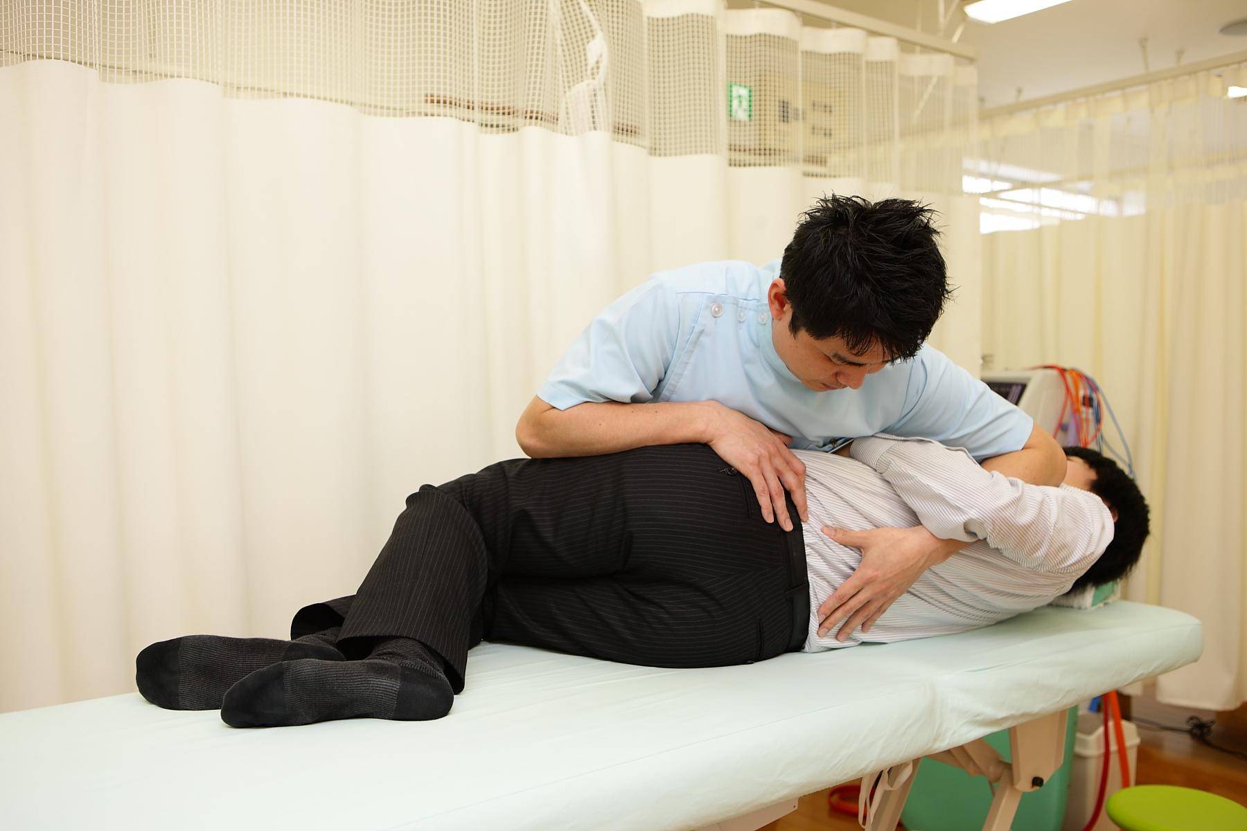 腰の施術風景